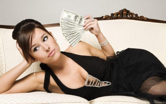 жена с пари